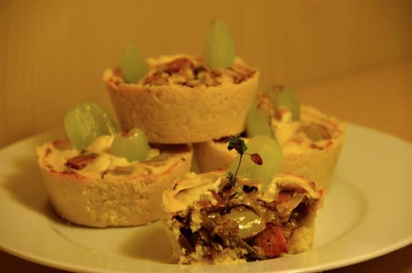 Miniquiches mit Räuchertofu, Lauch und Trauben
